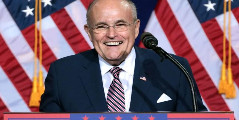 """Giuliani dice que Trump """"probablemente"""" podría indultarse a sí mismo"""
