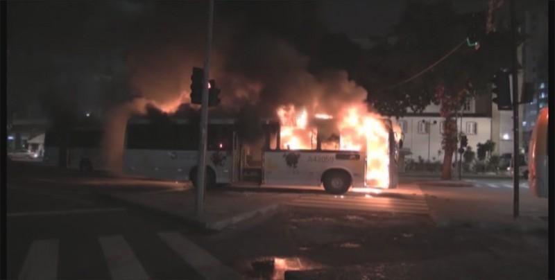 Al menos 24 autobuses incendiados en ola de ataques en un estado de Brasil
