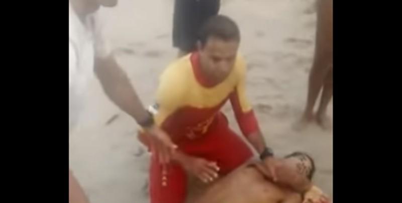 #Video Tiburón muerde la entrepierna de un joven y esto fue lo que pasó
