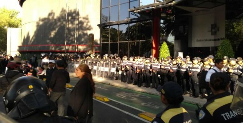 CNTE protesta frente a la Bolsa Mexicana de Valores