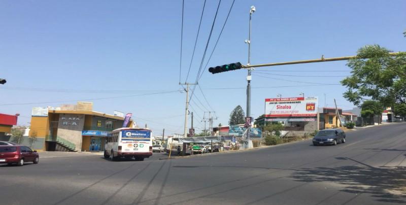 Instalan semáforo frente a Clínica del IMSS Cañadas