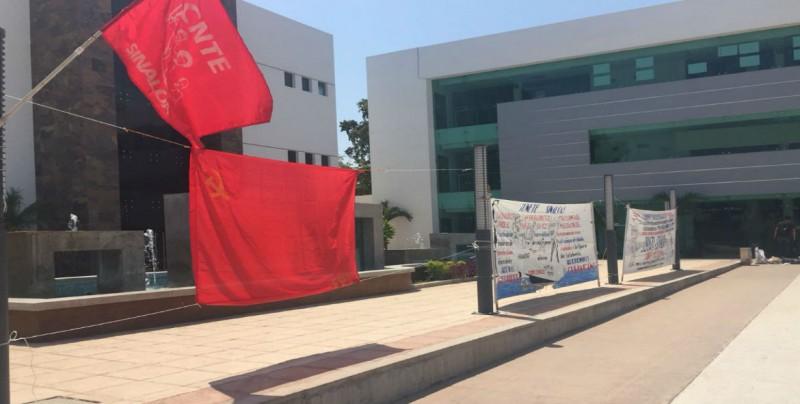 Protestan Profesores, salieron sorteados para realizar evaluación