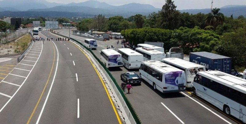 Campesinos bloquean autopista, exigen apoyos para el campo