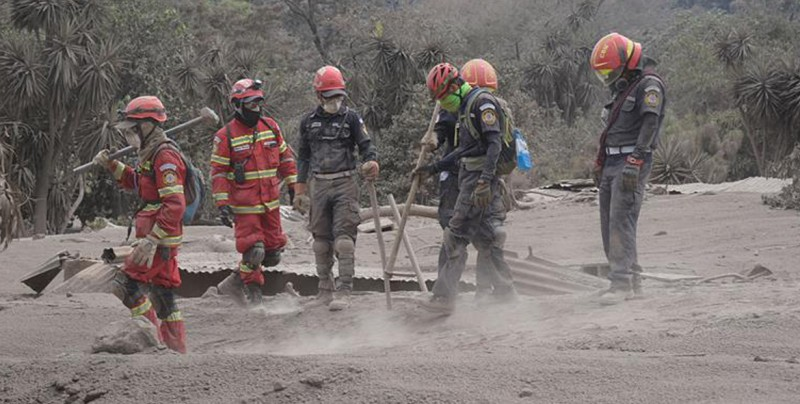 Brigadas rescatan seis cadáveres y cifra de muertos aumenta a 82 en Guatemala