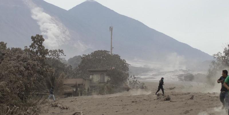 #Video Dramáticas imágenes aéreas tras la erupción de volcán de fuego en Guatemala
