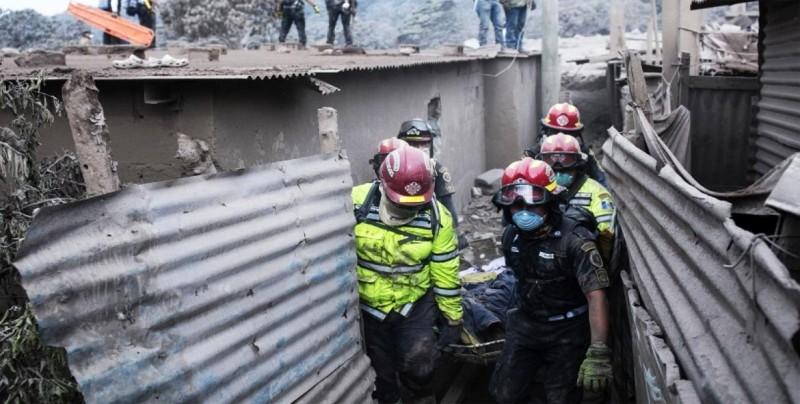 Suspenden rescates por mal clima en Guatemala tras erupción de volcán Fuego