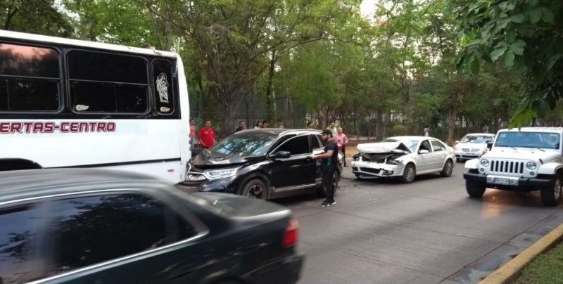 Daños materiales deja accidente automovilístico