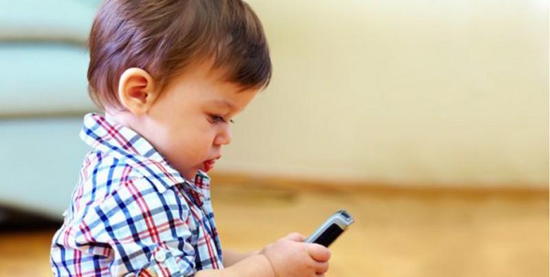 ¿A qué edad debes darle un celular a tu hijo?