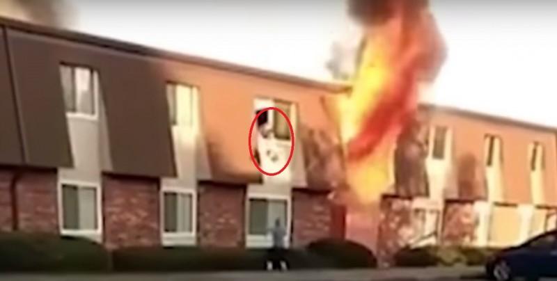 #Video Madre lanza a su bebé por la ventana de un edificio en llamas