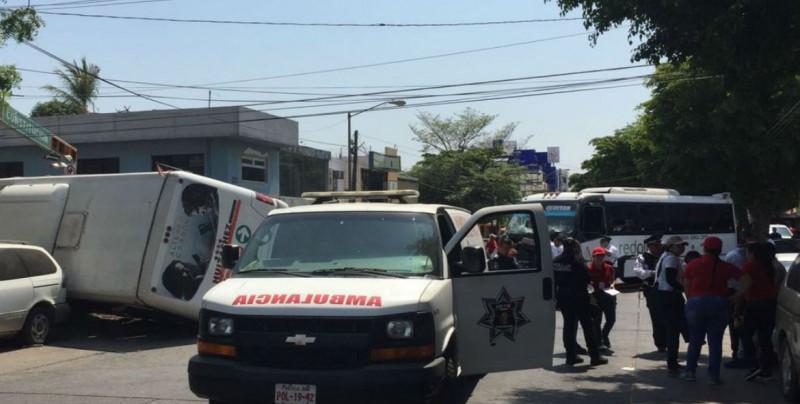 Aparatoso choque entre dos camiones en Culiacán deja varios heridos