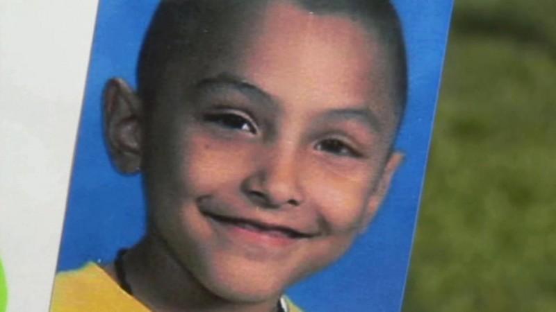 Golpean y queman a niño de 8 años por creerlo gay