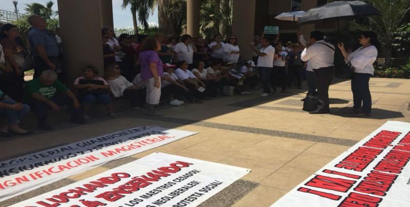 Llegan manifestación de Maestros al Congreso del Estado