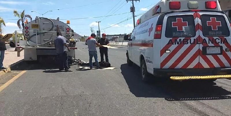 Se impacta motociclista contra una pipa de agua del Ayuntamiento