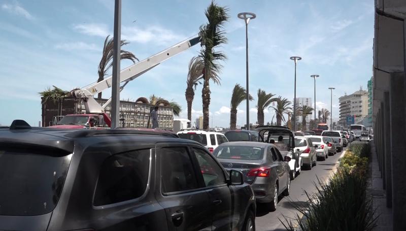 Lento tráfico por bloqueo de avenida del mar