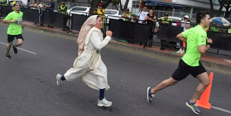 Monja corrió un maratón con su hábito puesto