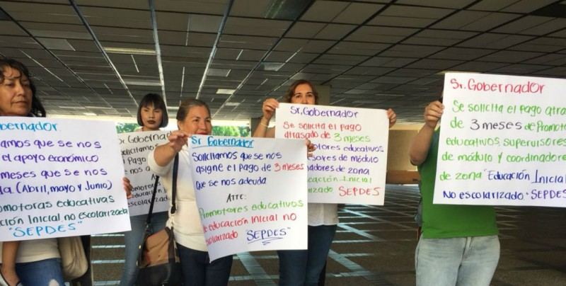Realizan maestras plantón en Palacio de Gobierno