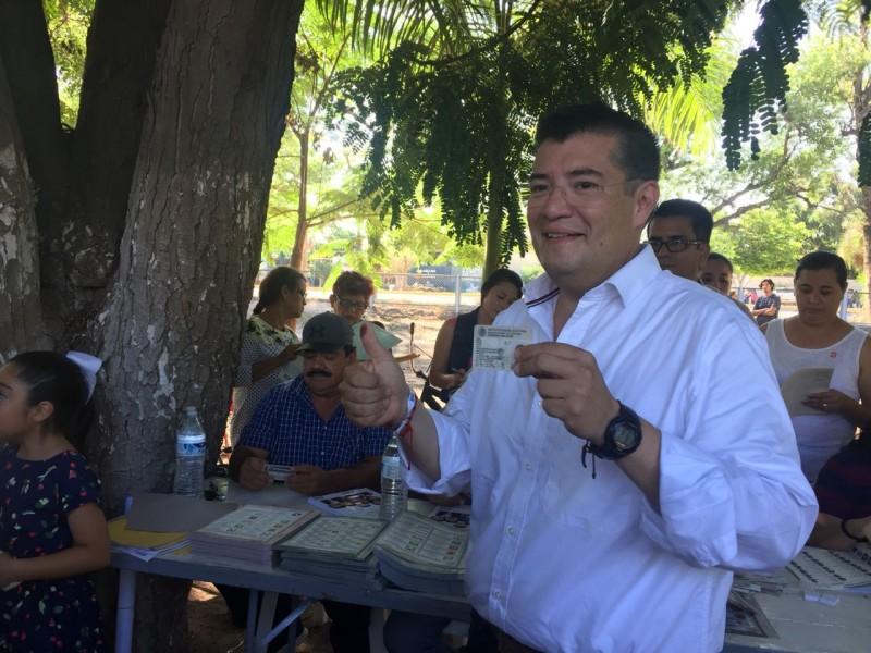 Al emitir su voto, Álvaro Ruelas dijo confiar en las autoridades electorales