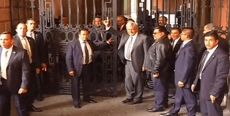 López Obrador llega a Palacio Nacional para reunirse con Peña Nieto
