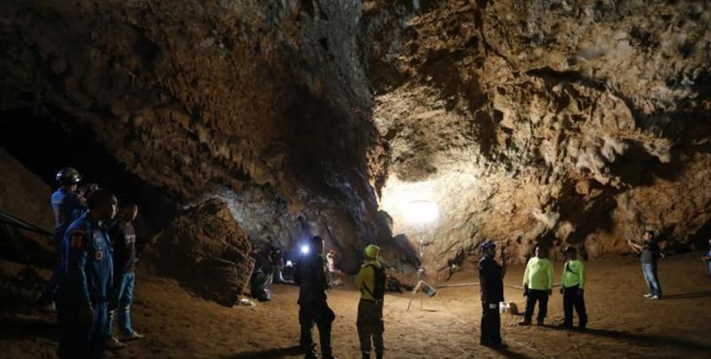 Tailandia, pendiente de 12 niños atrapados en una cueva desde hace una semana