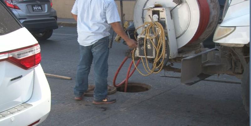 Arreglan drenaje tapado frente al Hospital del IMSS