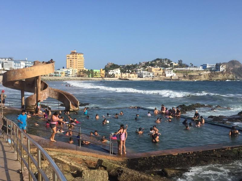 Se refrescan turistas en la Carpa Olivera