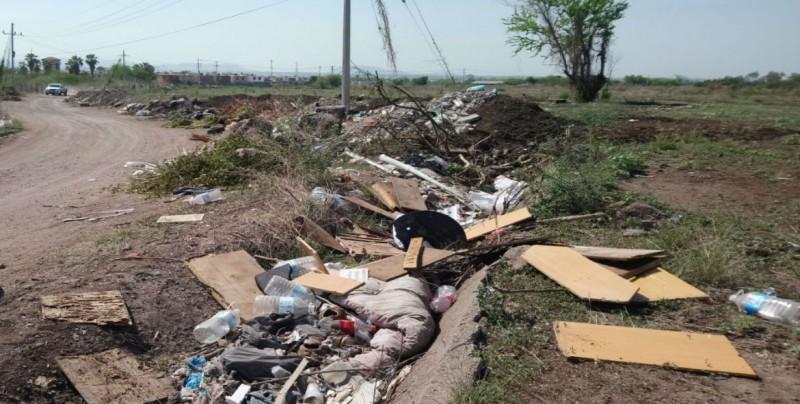 Se aprecia con mucha basura camino vecinal a Cedros