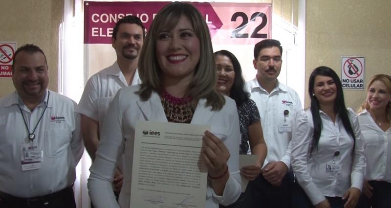Emilia Guerra recibe constancia como diputada electa
