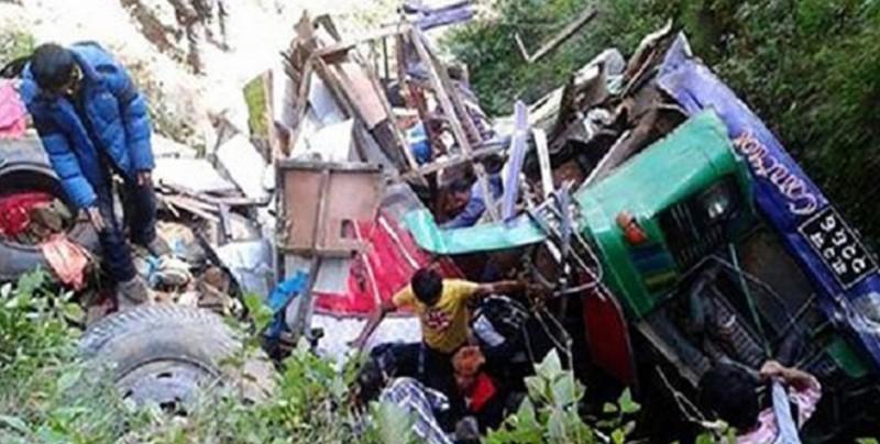 Al menos 20 muertos al caer un camión por un precipicio en Nepal