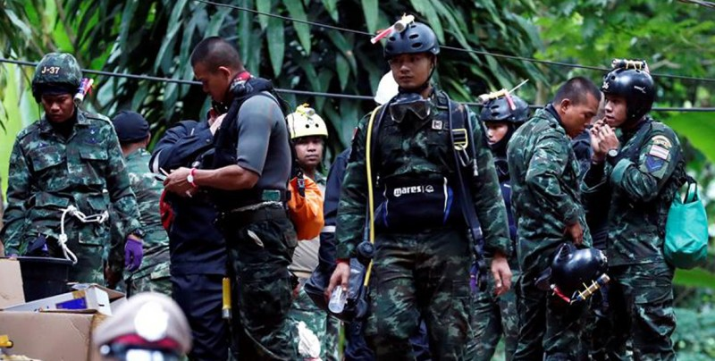 El rescate de los atrapados en la cueva se cobra la primera vida