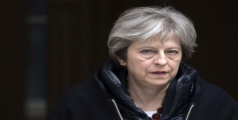 """May defiende su propuesta """"responsable"""" para el """"brexit"""" tras dos dimisiones"""
