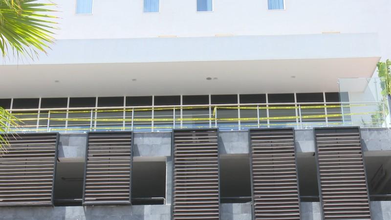 Colapsa vidrio de barandal en conocido hotel