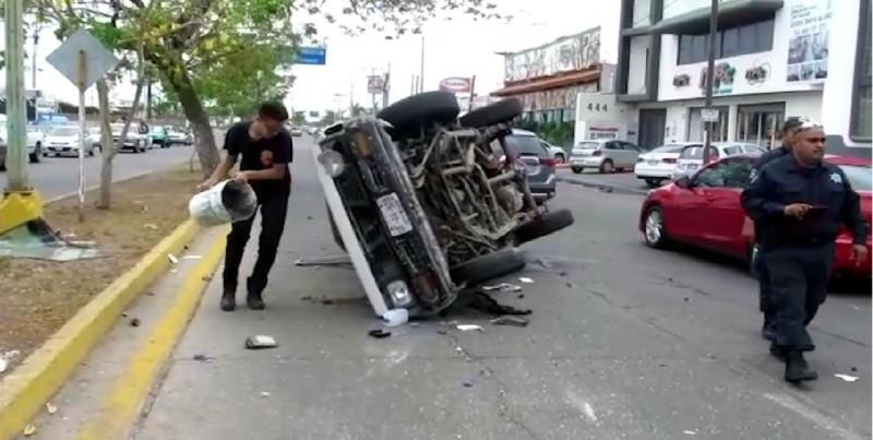 Chocan tres automóviles por la Avenida de la Marina