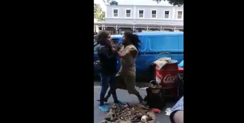 Indigente da tremenda golpiza a mujer que lo maltrataba