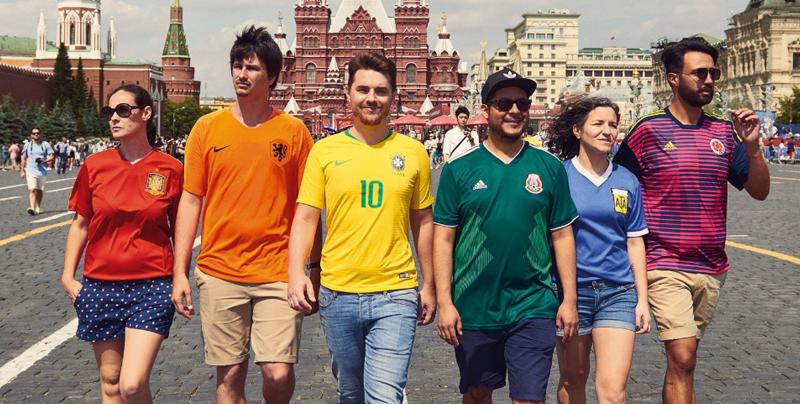 Activistas muestran bandera LGTBI+ durante el Mundial de Rusia