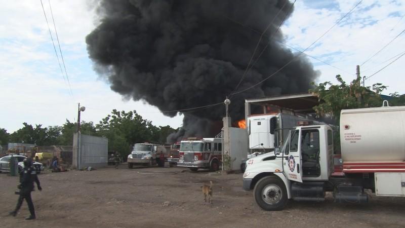 Fuerte incendio en bodega de productos químicos en el Piggy Back, Culiacán