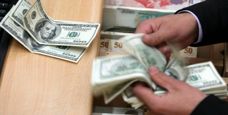 Dólar retrocede, se vende hasta en 19.20 pesos