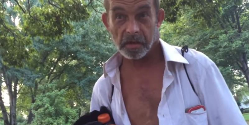 Este hombre le dio un regalo a un veterano vagabundo y lo dejó llorando