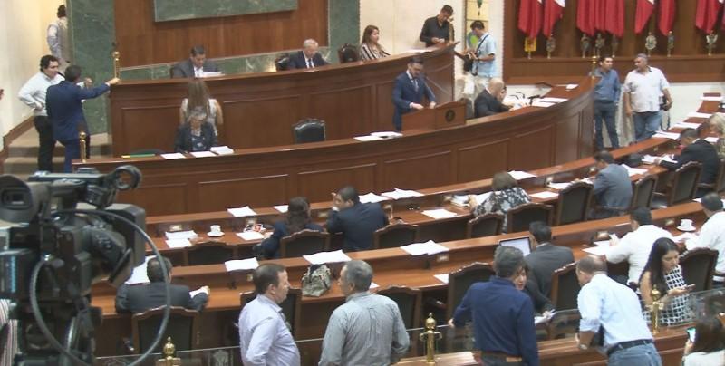Siguen regresando legisladores al Congreso