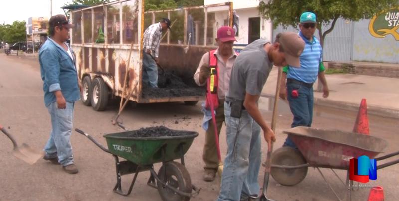 Reparan baches en calles de Ciudad Obregón