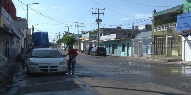 Vecinos de la Montuosa denuncian fuga de agua que expide malos olores