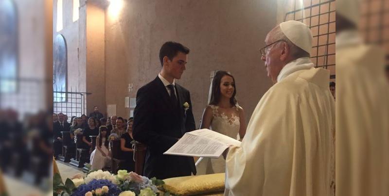 El Papa Francisco llega de sorpresa a una boda y oficia la misa