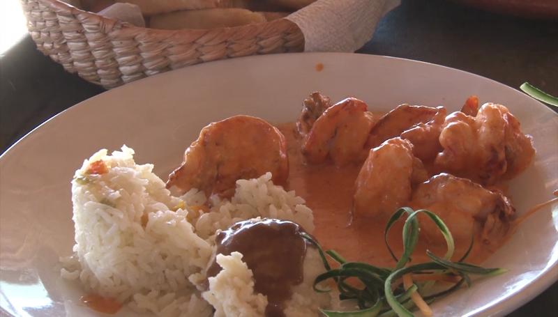Turistas degustan la comida Sinaloense