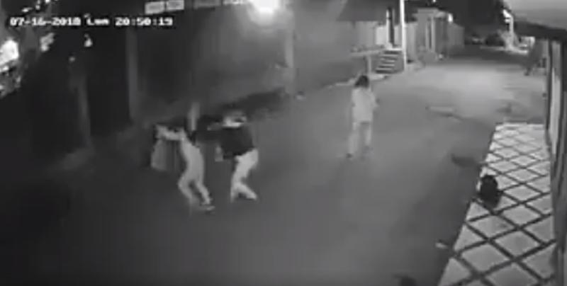 VIDEO: Se cae por ir viendo el celular y se desquita con su hija