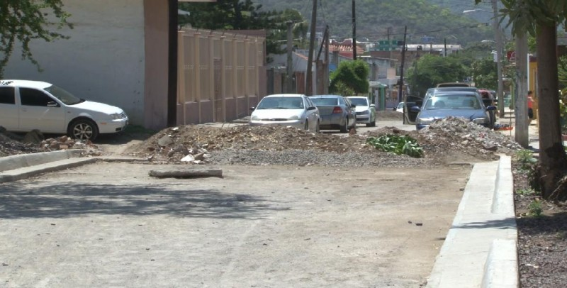 En la colonia Emiliano Zapata no les terminaron de pavimentar