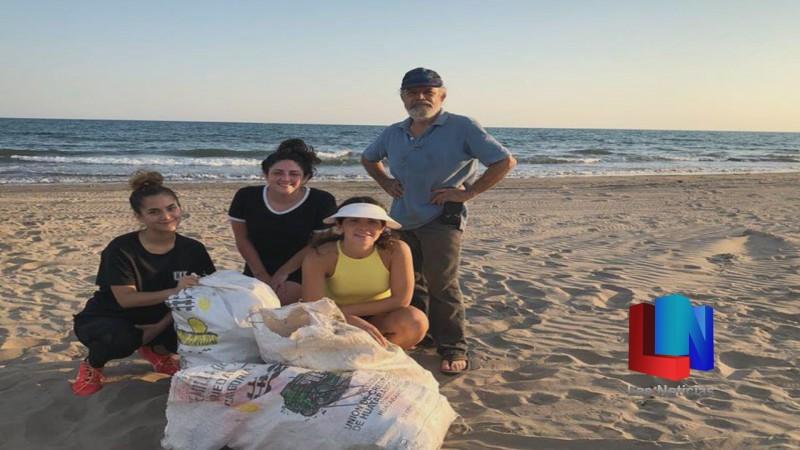 En Huatabampo, vecinos limpian playa de Huatabampito