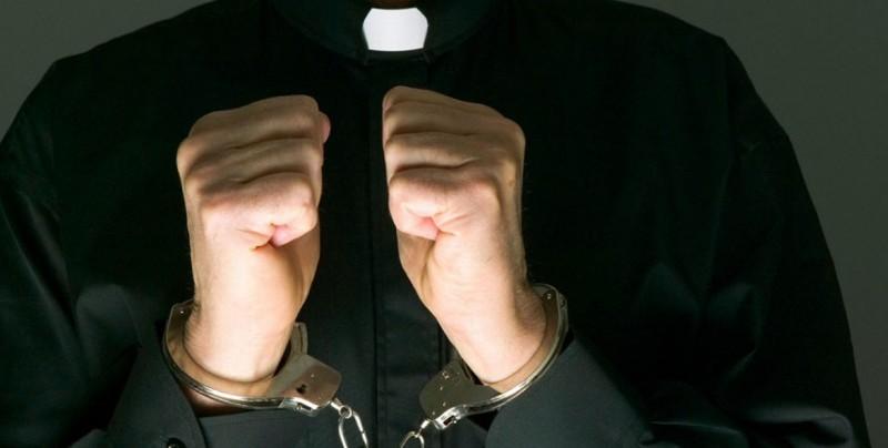 Detienen a sacerdote por mantener cautiva y violar a mujer por 10 años