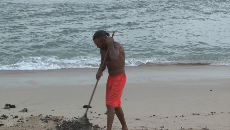 Estadounidense limpia la playa