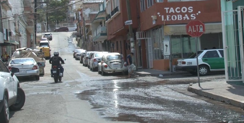 Fuga de agua como cascada en la Leandro Valle