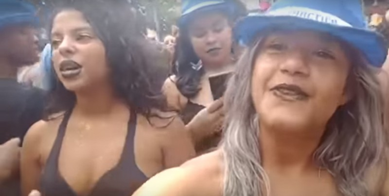 #Video Se hizo una selfie y captó cómo le robaron el móvil a su amiga