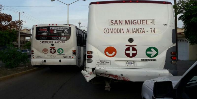 Choque entre camiones urbanos en la Guadalupe Victoria
